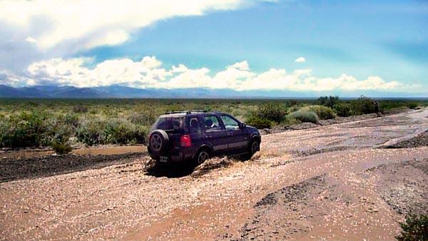 1-Blog-Cruzando-uno-de-los-cientos-de-cauces-o-ríos-que-atraviesan-la-Ruta-40