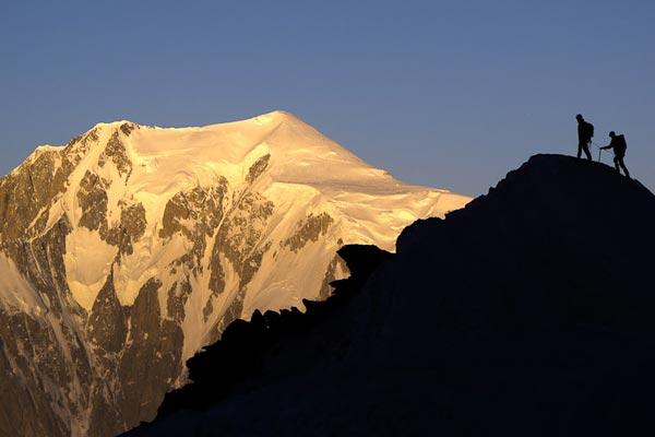 Primeras luces del amanecer en la vertiente de la Brenva del Mont Blanc