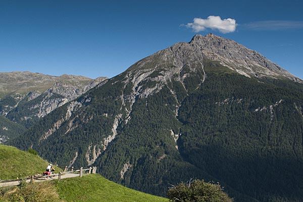 Paisajes alpinos en el descenso del Finberpass hacia Scuol